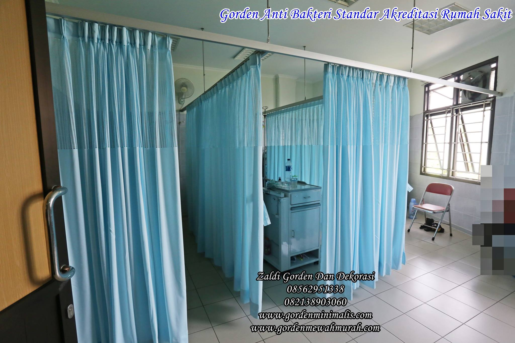 komposisi spesifikasi tehnis gorden rumah sakit bahan anti bakteri  100% polyester fibre  width 200-300 cm  weight 200-300 gr/m2  net height 55-60 cm  Fire Resistance  Type 1 fire resistance yarn, with GB20286-2006 FR standard.  Type 2 Temporary fire resistance, fabric coated with flame retardant chemicals.  Anti bacterial  24 hours protection from Staphylococcus aureus, E. coli, and Candida albicans, with 100% of  bacteria kill rate.  Fabric shrink rate  FZ/T72004.2-2000 standard : warp -0.7%, weft -0.8%  CNS8038A standard : no shrink  Color fastness  GB/T3921.3-1997 : discolor grade 4, after-wash grade 4, cotton dye grade 4-5  CNS1494A2 : color fade grade 5  Tear strength  FZ/T72004.2-2000 test : tear strength 775N  CNS12915 test : tear strength 20 kgf/cm2  Tensile strength  CNS12915 : warp 46.8 kgf/5 cm, weft 127 kgf/5 cm  pH value  According to China National general safety technical code for textile products GB18401-2003,  pH 6.80/  Formaldehyde content  According to GB/T2912.1-1998, contains 20 mg/kg.  Aromatic amines test  According to GB18401-2003, no carcinogens found.  Note:  Washing method : wash with 60°C disinfectant to kill germs.